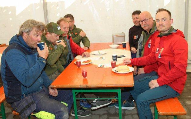 Denne gjengen tok godt for seg av frokosten etter å ha vært i gang med tilrettelegging allerede fra klokka fem på nattmorgenen.  Fra venstre Leif Magne Bjørknes, Fredrik Nicolaysen, Harry Nicolaysen, Frode Gullhav, Tom Grønvik, Trond Lysholm og Olav Benjaminsen.