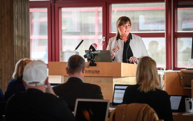 FÅR KRITIKK: Cecilie Daae er administrerende direktør i Helse Nord. Her svarer hun på spørsmål fra de folkevalgte under kommunestyremøtet i Rana tirsdag.
