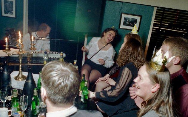 31. desember 1996. Sprudlevann og pianokos på Peacock. Ser du kjente fjes?