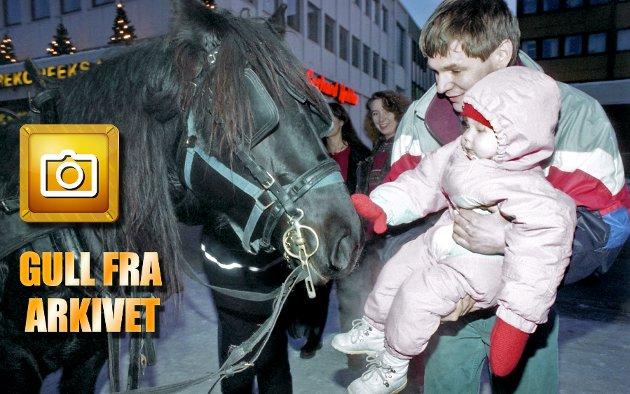 Pappa Knut Wintervold og datteren Kristine på to år hilser på Ivan som i 1993 hadde tatt turen til Tromsø for å spre juleglede (og litt hestemøkk) på torget. Ser du andre kjente? Send gjerne en e-post til tove.myhre@nordlys.no