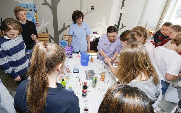 God tannhelse: Det var stor interesse for å måle pH-verdien i drikkevarer da tannpleierne Bodil Riise Dynna (til venstre) og Marianne Grønbakk besøkte Ski ungdomsskole i går . FOTO: STIG PERSSON