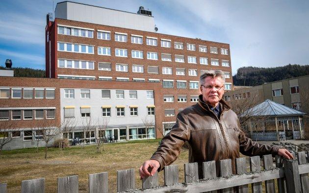 Jan Erik Furunes, kommunaldirektør i Rana Kommune foran Helgelandssykehuset Rana sykehus. Han har skrevet kronikk i to deler sammen med Ole M. Kolstad fra RU og ordfører Geir Waage.