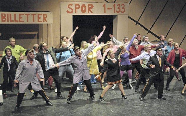 Alle samlet: Hele ensemblet i Glåmdalsrevyen fyllte scenen med sang og moro på Kongsnes stasjon. FOTO: JAN RUDOLF  PETTERSEN