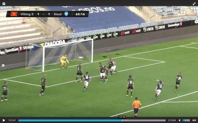 ØSTENSEN-SKÅRING: Her header Even Østensen inn 2-1-målet for Viking 2 mot Staal.