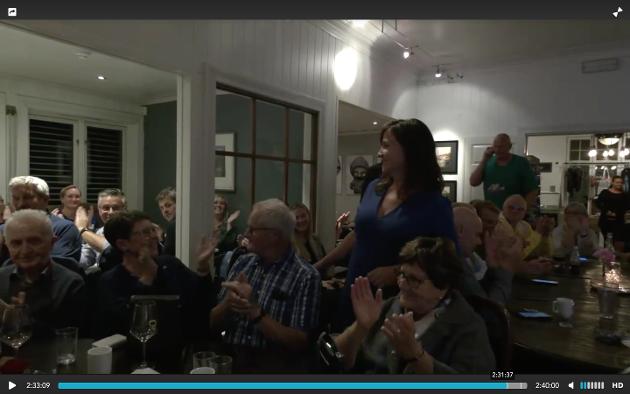 APPLAUS: Høgre klappar for Irene Heng Lauvsnes som sikra partiet ordførarposisjonen i fire år til.
