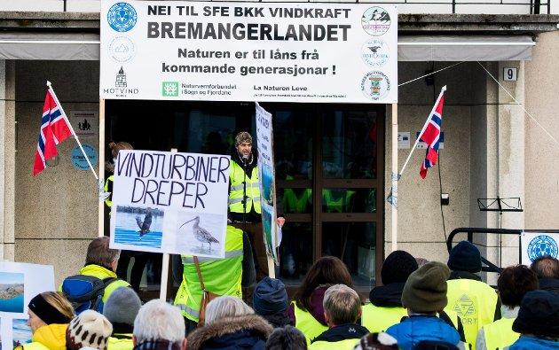 PROTESTERER MOT VINDKRAFT: Mellom 150 og 200 personar deltok under demonstrasjonen mot vindkraft på Sandane i november.