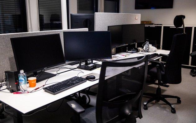 Svarte skjermer på kontorplassene i GD-bygget torsdag kveld.