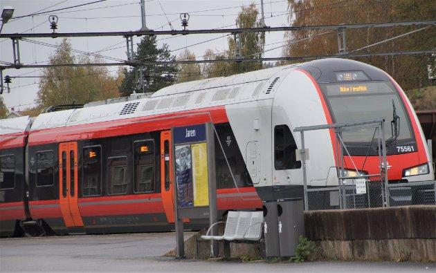 INNSTILT: Toget fra Gjøvik stoppet på Jaren og ble tatt ut av trafikk.