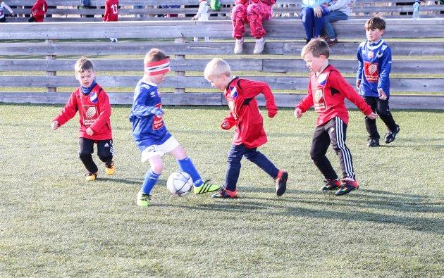 Serieåpning for 7-åringene i Vefsn og Grane på Olderskog. Nytt av året er at lagene spiller 3 mot 3 med små mål. Her er det lag fra Grane og Mosjøen i aksjon.