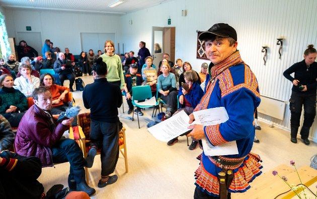 Nussir ASA sin direktør Øystein Rushfeldt har møtt aksjonen fra Natur og Ungdom med en beundringsverdig tilbakeholdenhet. En tilbakeholdenhet som aksjonistene har besvart med å søke å lage et medieshow ved å overrumple direktøren med en politianmeldelse under et debattmøte, skriver Oddmund Enoksen. På bildet er Nils M. Utsi som er leder for reinbeitedistriktet på folkemøtet om gruvedrifta.