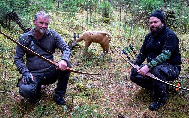 Land Bueskytterklubb har etablert 3D-bane med 11 naturtro dyre- og fuglefigurer i skogen på Odnes. Trond Sagmoen (t.v.) og Asle Morten Odden.