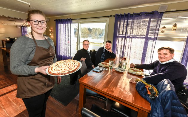 Julie Lunde serverer både pizza og salat til vennegjengen på Fregatten. Spis ute uka er godt mottatt blandt ranværinger.