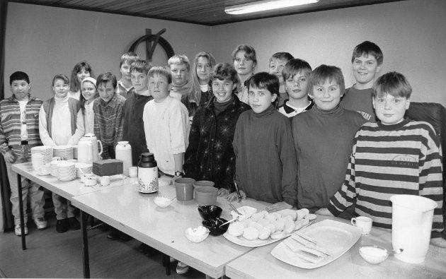 Hauknes skole 1994. De 19 elevene i 6. klasse ved Hauknes skole holdt åpen solkafé for beboerne i Åga/Hauknes-området, etter å ha planlagt kafédriften i norsk og o-fagtimene en ukes tid. Boller og kaker, blant annet en marsipankake, hadde de bakt hjemme og tatt med seg til grendehuset. Kaffe og endel andre ting sto også på disken. Nesten alt ble utsolgt i et jafs, lokalene var stappfulle en stund. Gamle mennesker og unge kvinner sluttet spesielt godt opp om kaféen. En barnehage var også innom. Klassen fikk faktisk inn 2000 kroner, penger som kommer godt med når det blir klassetur til våren.