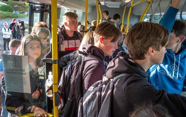 - Tross helsemyndighetenes oppfordringer om å holde én meter avstand, møter ranaelever nå stappfulle busser på vei til og fra skolen, skriver Marit Ulriksen.