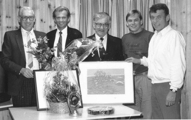 """1. november 1989:   Stilfull åpning av GØIF-huset.  Sentrale medlemmer i GØIF viser her frem noen av de flotte gavene som ble overrakt under gårsdagens offisielle åpning av klubbhuset. Fra venstre: Leder Tore Skjeggerud, """"Mister GØIF"""", Hans Tørrestad, Viktor Risan (dugnadsleder), Erik Olsen (dugnadsleder) og Arve Andersen (formann i byggekommitéen)."""