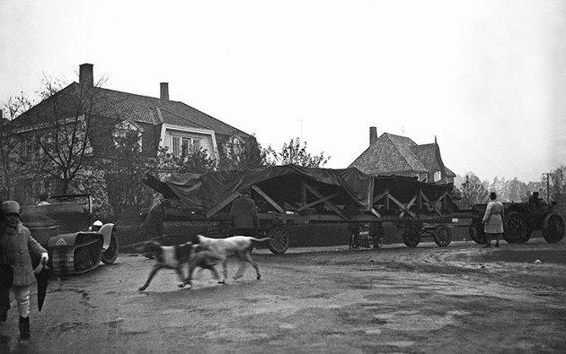 Tuneskipet flyttes til Vikingskipshuset på Bygdøy i 1932. Her et bilde fra den historiske transporten.Foto: Kulturhistorisk museum, UiO/Louis Smestad).