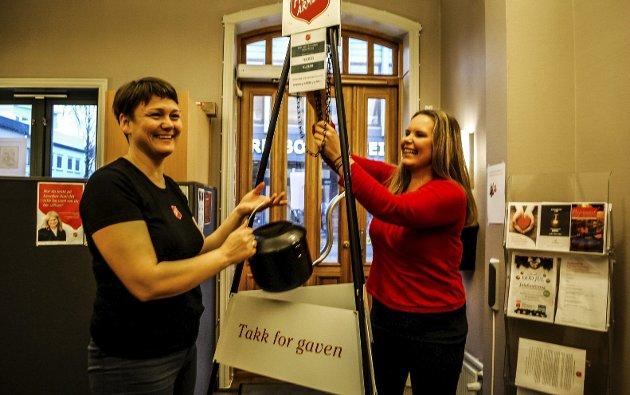 Utrettelig: Siv Joensen (til venstre) og Belinda Andersen jobber utrettelig for Frelsesarmeen i Sarpsborg.foto: stina Mikalsen