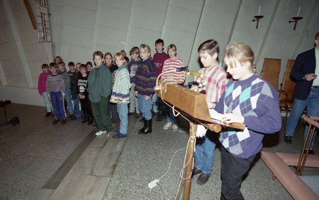 Kateket Rune Bjørkavåg instruerte elever fra Allanengen skole under dramamatisering av juleevangeliet i Kirkelandet kirke i desember 1994.  Allanengen og Innlandet skole pleide å dele på ansvaret for oppføringen av juleevangeliet på ulike måter til julegudtjenesten. I 1994 var det altså Allanengen sin tur.