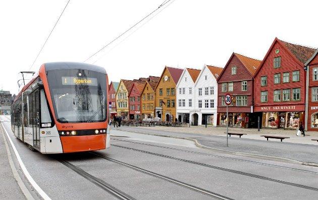 Tom Skauge ønsker bybane over Bryggen (BA 5. juli,) og viser til andre byer hvor bane harmonerer med gamlebyen. Gjelsvik er helt uenig. MONTASJE: BA