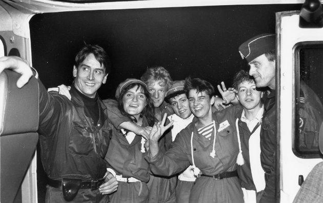 Elling Krogen og Oddvar Træen frå Fjordane politikammer ilag med nokre russ i Florø, desember 1989