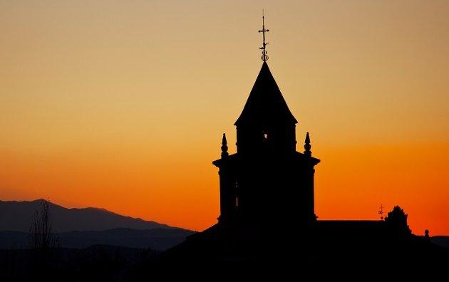 Ole Jens Hovda skriver at Human-Etisk Forbund ikke står i seg selv, og at de bare kan stå i skyggen av kirketårnet.