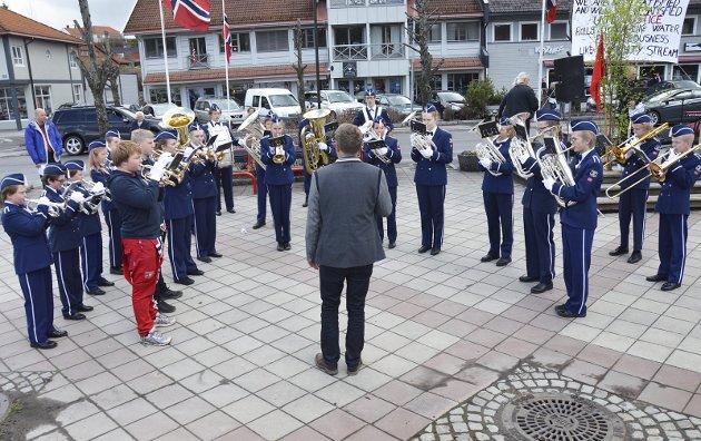 KORPS: Brandbu skolekorps, dirigert av Arne Bilden.