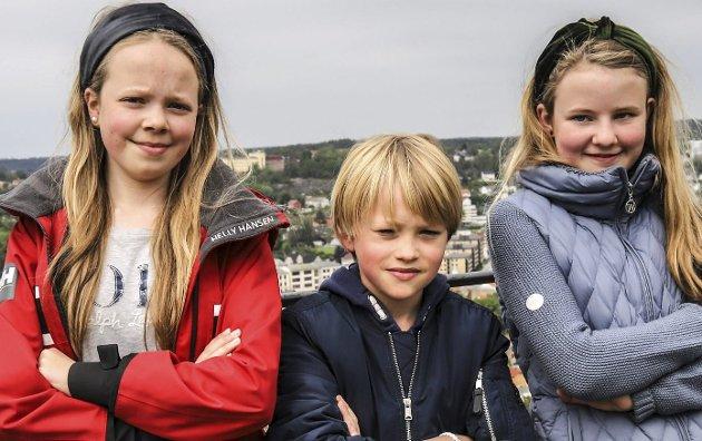 Engasjerte elever: Disse tre elevene fra Montessori-skolen i Halden har skrevet hver sin appell. De ble holdt under «Friday for future» her på Dronningens bastion på Fredriksten festning. HA gjengir dem her. Fra venstre: Lineve Skjelin, Simon Pettersen og Ada Skjelin.