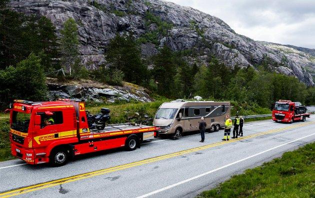 Møteulykke mellom personbil og bobil.