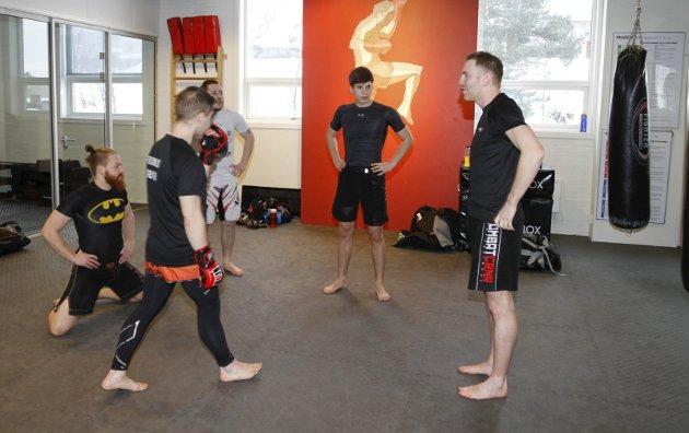 Eirik Arntsen (t.h.) har flyttet til Lillehammer og startet MMA trening i Mudo Gym. Der er det mange som driver ulike kampsporter, og Eirik bidrar med trening rettet mot MMA Har holdt på siden mai 2018.