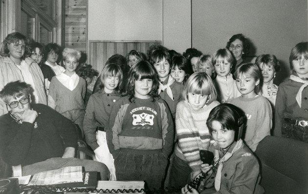 Speidere fra Bøstad, Ballstad og Sørvågen, står det på dette bildet i vårt arkiv. Drar du kjensel på noen på bildet?