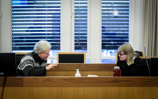 STEVNET: Bedre Byutvikling Moss stevnet staten og krevde at reguleringsplanen for den nye jernbanen gjennom Moss ble erklært ugyldig. Advokat Tine Larsen og BBMs leder Jonathan Parker her i samtaler under forhandlingene i Moss tingrett.