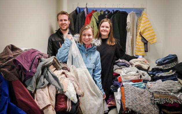 Emil Lundbom, Tone Norum og Trine Jamtli har mye å gjøre før alle klærne er sortert og hengt ut. I tillegg forventes det stort trykk av nye brukte klær på lørdag.