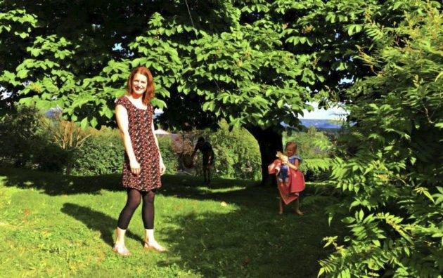 Fikk nok: Ingrid Strømme og Andreas Oppen er blant de som fikk nok av det urbane storbylivet og flyttet hjem til Ringerike. Her finner de en helt annen ro og kan bruke fritiden til å dyrke sin lidenskap for hagearbeide og høre suset fra trærne, mens barna Ane og Herman løper fritt rundt i hagen. Bylivet får de i akkurat passe dose i Hønefoss.