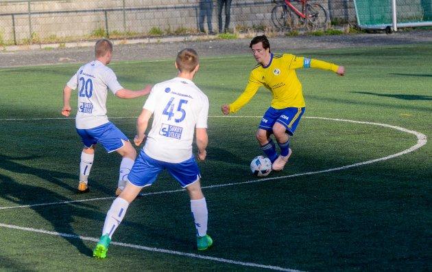 FoTBALL: 5. divisjon, lokaloppgjør, Spydeberg-Trøgstad/Båstad (Trø(Bå) 1-0. Lars Erik Ludvigsen. I duell med Simen Skoglund (nr.20) og Jørgen Wik (nr.45)