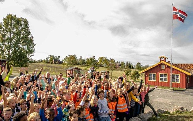 Torsdag ble flagget heist i Kroer, etter at kommunestyret onsdag kveld bestemte at skolen skal bestå.