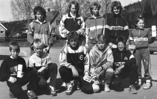 STAFETT: Hadeland FIK sitt gutte og jentelag som deltok i Lunnerstafetten i 1989. Kanskje noen av leserne kan hjelpe oss med navn.