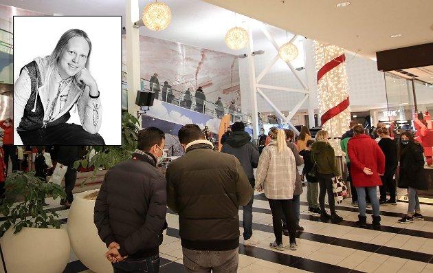 Det har til tider vært kaotiske tilstander i butikkene før jul. Nyhetsleder Anita Jacobsen i Indre Akershus Blad mener en ny smitteoppblomstring er det siste landet og Aurskog-Høland trenger.