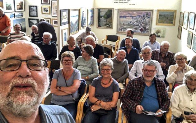 Selfie: – Hei alle sammen. Jeg løftet mobilen for å forevige den aller siste dagen og utstillingen i Løkka «Kragerø og malerne». Foto: Jimmy Åsen