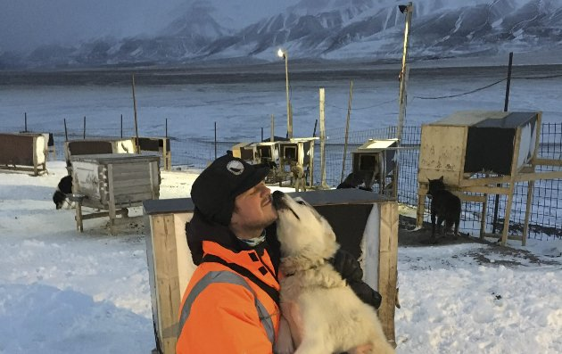 PÅ REISE: Kronikkforfatteren ble fort kjent med noen firbeinte under sin reise til Svalbard. I år har reisingen latt vente på seg.