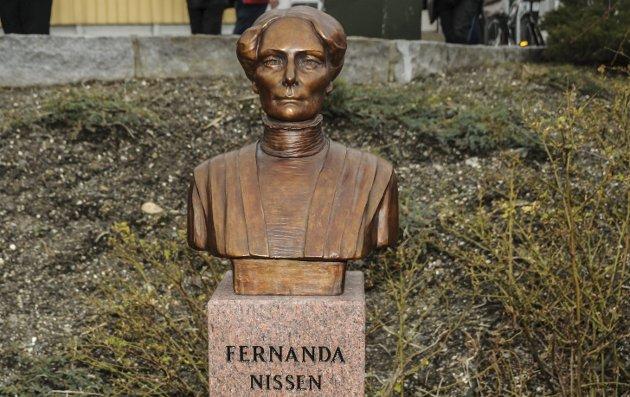 100 år siden hun døde: Bysten av Fernanda Nissen i Kragerø er plassert på Jens Lauersøns plass.