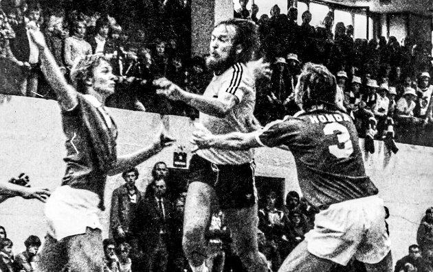 Øyeblikket: Tore Bjørn «Dutta» Beldo stuper igjennom «fiendens» forsvarsmur og scorer mål. Da kokte det i den gamle Kragerøhallen. Foto: KVs Arkiv