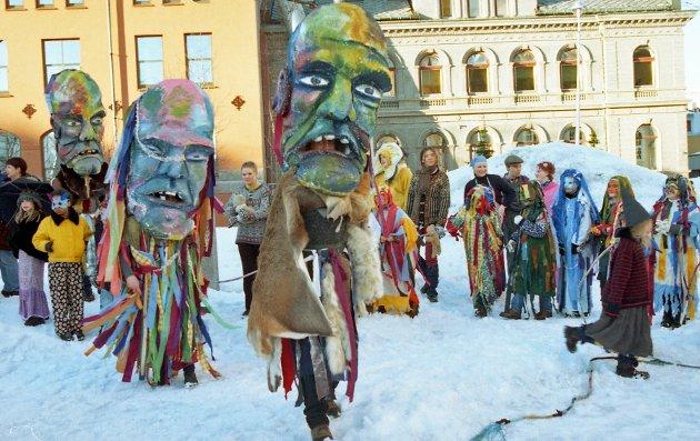 """I 1997 fikk Tromsø en egen eventyrfestival.  – Det begynte vel egentlig etter at vi satte opp """"Prinsessa som gikk til jordas hjerte"""". Jeg kjente et sånt engasjement fra folk til den forestillinga og den fikk en utrolig respons. """"Vi må gjøre noe mer"""", tenkte jeg, og da jeg møtte Kjell Magne (Mælen) spurte jeg om vi ikke kunne lage en eventyrfestival. Og så hadde han også tenkt tanken, sier Bente Reibo i Tromsdalen Kulturhus - til Nordlys for over tjue år siden. Og nettopp Tromsdalen Kulturhus var ansvarlig for det eventyrlige ettermiddagsopptoget som startet ved kunstforeninga denne aprildagen."""