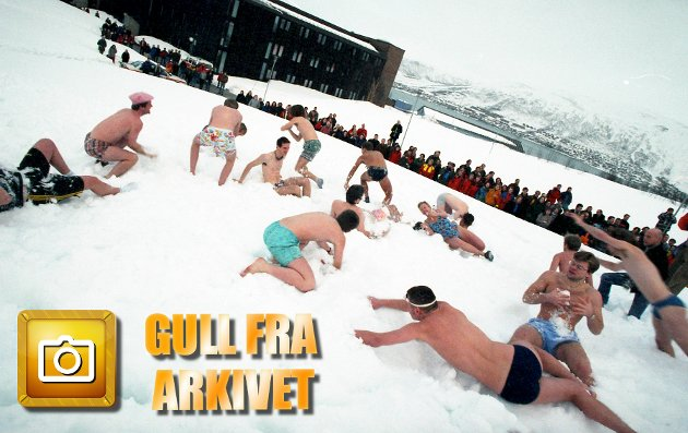 En marsdag i 1997 gjør de det. 32 brave kvinner og menn stuper i rekordforsøket i snøbading under Studentuka i Tromsø.