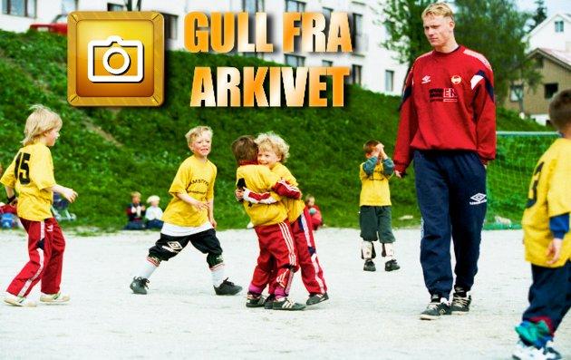 """KVAMSTYKKET 1996: For femte gang arrangerte Tromsøs eldste barnehage, Kvamstykket, fotballturnering for sentrumsbarnehagene; Kvamstykket, Tiriltoppen, Maurtua, Aurora og Trollbakken. Etter avstemning blant ungene - og personalet - ble det slått en telefon til førstevalget Sigurd. - Jeg stiller opp, svarte Rushfeldt og tok for sikkerhets skyld med seg tidligere """"barnehageonkel"""" Ole Martin. Og det syntes selvfølgelig ikke ungene var noen ulempe.  På bildet - Lars Henrik (5) stråler som sola, og kaster seg rundt halsen på barnehage-kompisen Andreas (5), etter å ha scoret."""