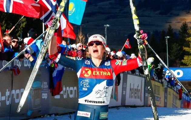 Ingvild Flugstad Østberg jubler etter at hun kom først opp monsterbakken under siste etappe av Tour de ski i Val di Fiemme.