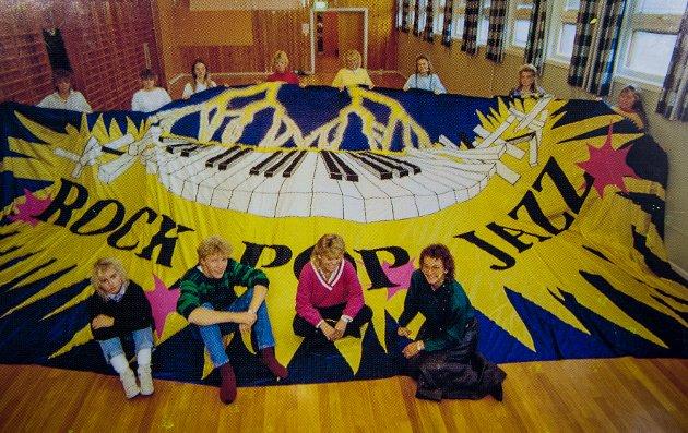 1987: Før en utstilling med tema rock, jazz og pop.