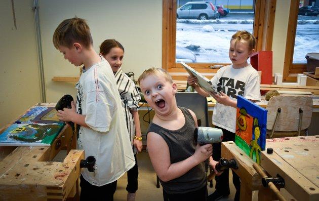 Den kulturelle skolesekken med Tone Toft har malekurs på Storforshei skole. Sander Mikalsen-Eide har sikret seg hårtørkeren for å tørke malingen før neste trinn i kunsttimen.