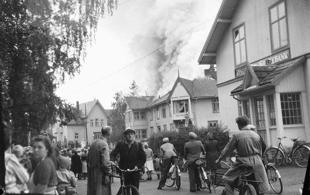 BRANN: I 1949 brøt det ut brann i hotellet Moelven Gjestgiveri i Storgata. Roger Andreassen melder dette til RB om hotellet: «Hotelldrift til midten av sekstitallet, vil jeg tro. Hotellet sto klart samtidig med åpningen av jernbanen fra Hamar til Tretten. To ugifte søstre fra Næroset – Eline og Lise Haugsveen – lot hotellet bygge og drev det i fellesskap de første åra. Johannes Øen var den siste hotellverten. Bygningen er intakt, men ombygd.»
