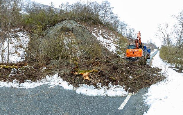 Jordraset sperrer vegen ved Røyhjellen.
