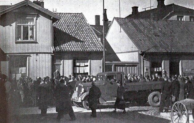 Om kvelden den 12. april kom omsider de tyske troppene. Bildet viser Fredrikstad-folk som hadde samlet seg utenfor Fredriksstad Blads lokaler for å få nyheter.